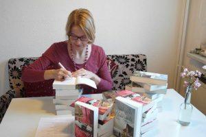 Sybil Volks signiert ihre Romane